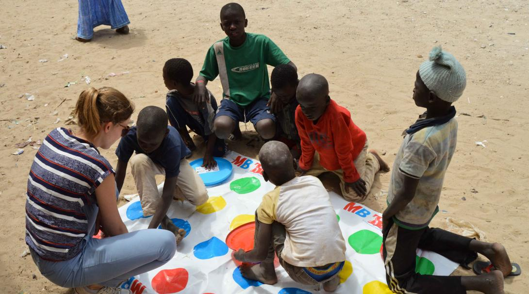 Una voluntaria jugando con los niños de un centro de cuidado en Senegal.